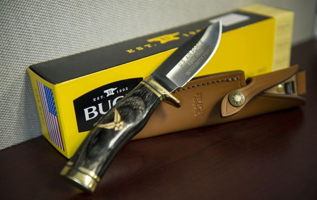 buck knife with cover and box